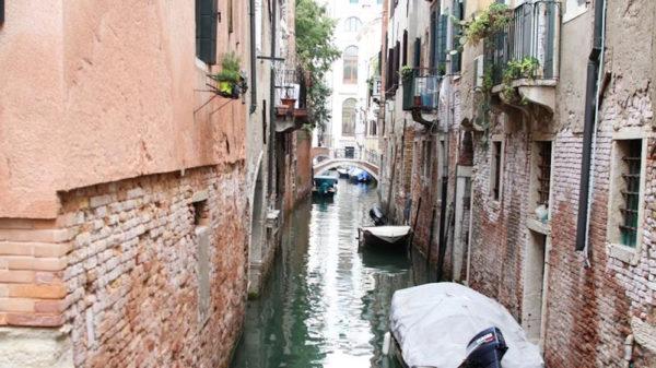 Wenecja. Budynki zniszczone od wody, zapach wilgoci, ale latem na pewno nie śmierdzi :)
