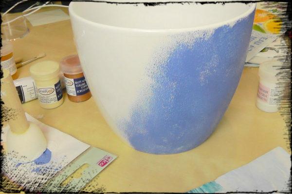 Donicę najpierw pomalowałam na niebiesko, potem medium do spękań, biały i wzór
