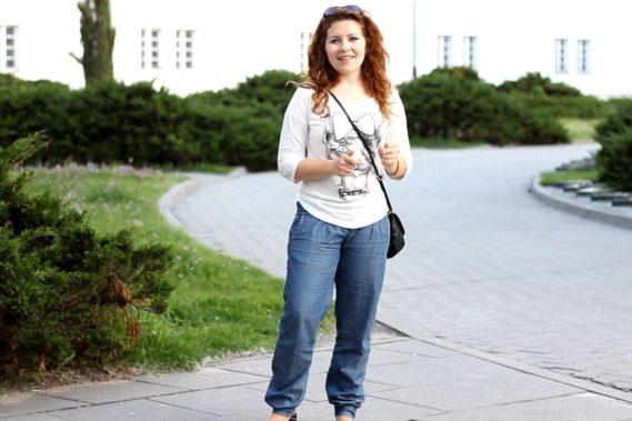 Luźne spodnie na spacer i bardziej dopasowana bluzka