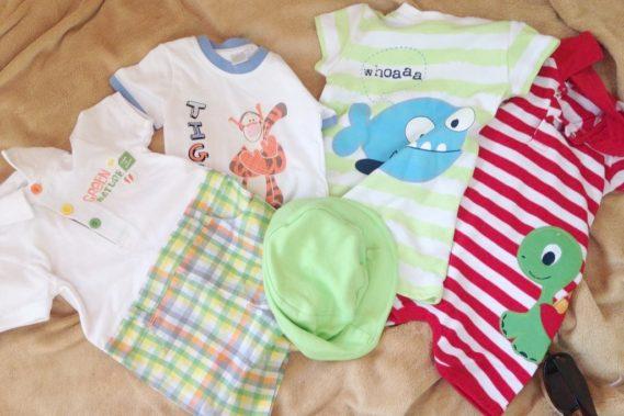 Dla dziecka wybieram teraz sporo rampersów (body z nogawką). Nie trzeba na to spodni a nie wyłazi pieluszka :)