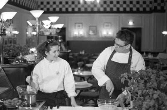 Prawdziwe czarno-białe zdjęcie: Paulina i Szef Kuchni Café Bristol Michał Tkaczyk