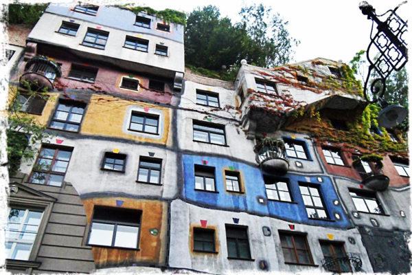 kolorowe domki zaprojektowane przez Hundertwassera
