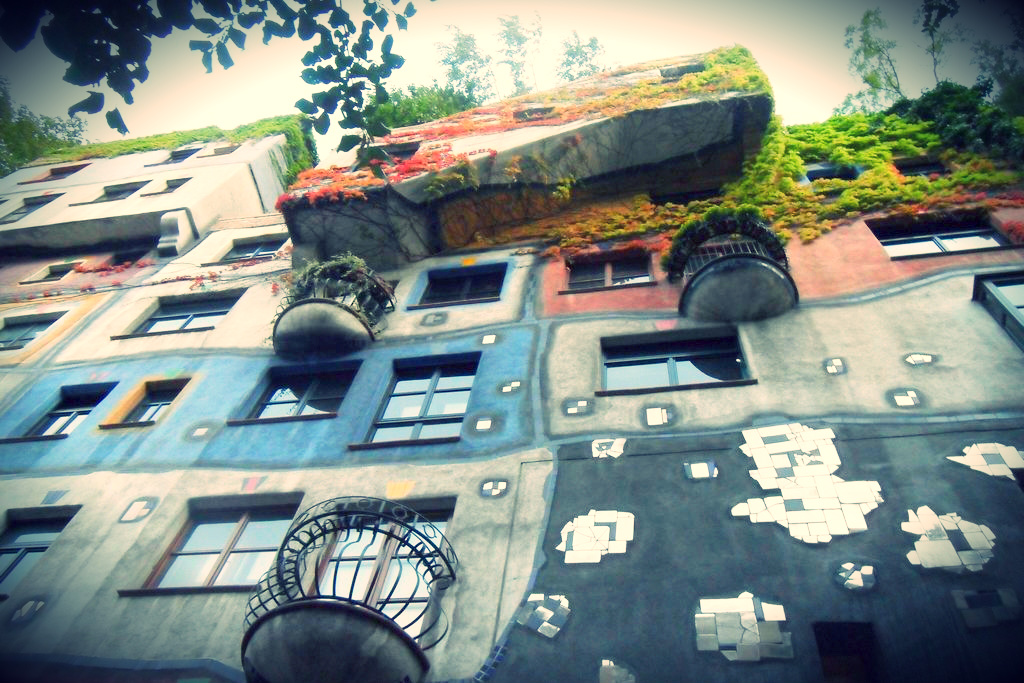 kolorowe domki zaprojektowane przez Hundertwassera widok z dołu