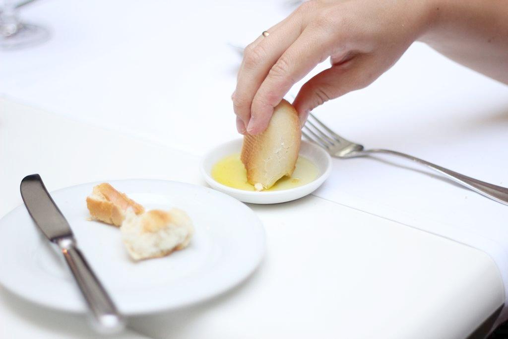 Bułeczki podawane przed obiadem, bez względu na miejsce, czy dostaję je we Włoszech czy warszawskim Bristolu to zawsze zaostrzają mój apetyt a nie go lekko powstrzymują :) tu były gorące, mogłabym jeść same bułeczki (żartuję).