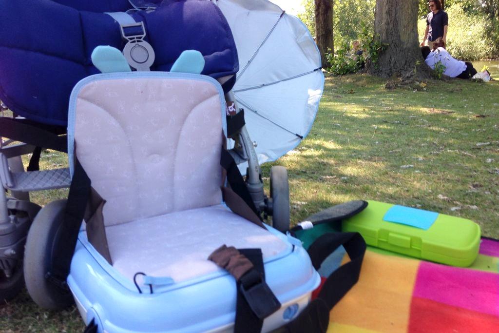 Fotelik, który pełni też rolę walizeczki, można go nawet przywiązać do wózka :) ale ogólnie to przywiązujemy do krzesła :)