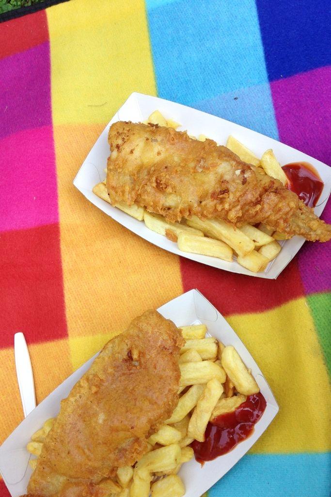 Koc piknikowy podbity gumą sprawdza się świetnie, osobiście poluję na taki większy, który kiedyś był w Lidlu (2x2,3) niestety nigdzie go nie ma. A tutaj piknik z fish&chips w londyńskim ZOO