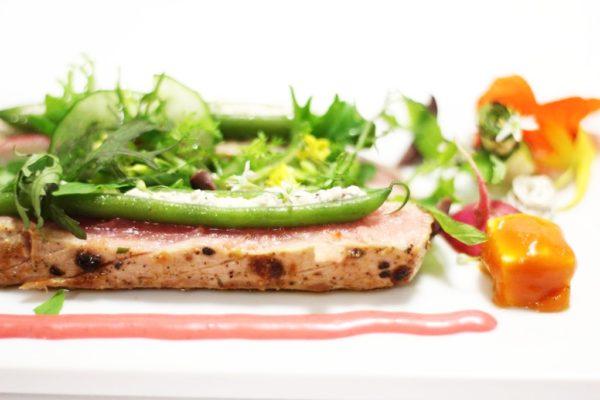 Tuńczyk z fetą, papryką, zieloną fasolką i oliwkami