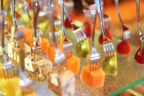 Owoce maczane w czekoladzie – pycha i uwaga, ser pleśniowy w słodkiej czekoladzie -zaskakuje, spróbujcie koniecznie