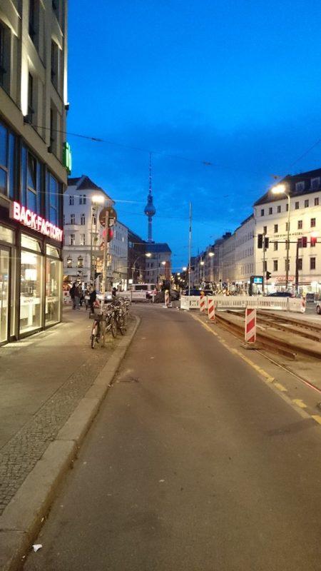 Rozkopana dzielnica Mitte i widok na wieżę telewizyjną