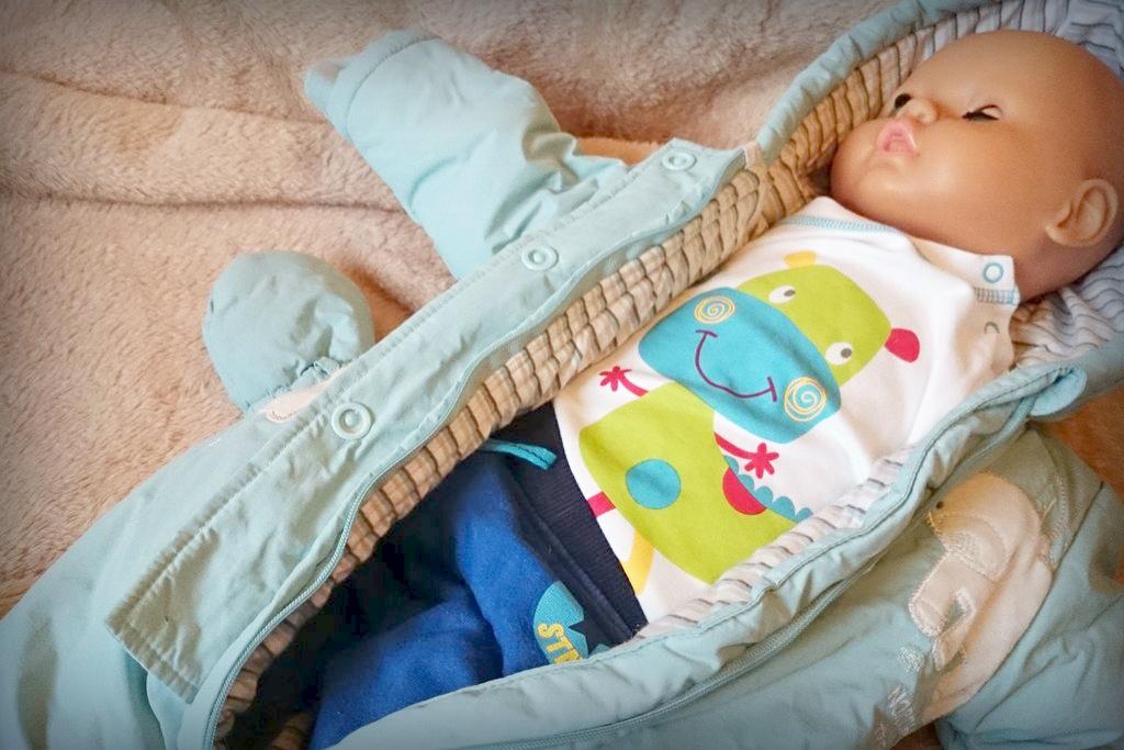 """Jak ubierać dziecko na spacer? Tutaj """"maluch lalka"""" :) ubrany na zimę. Spodnie, skarpety, bluzka, sweterek, czapka i kombinezon"""