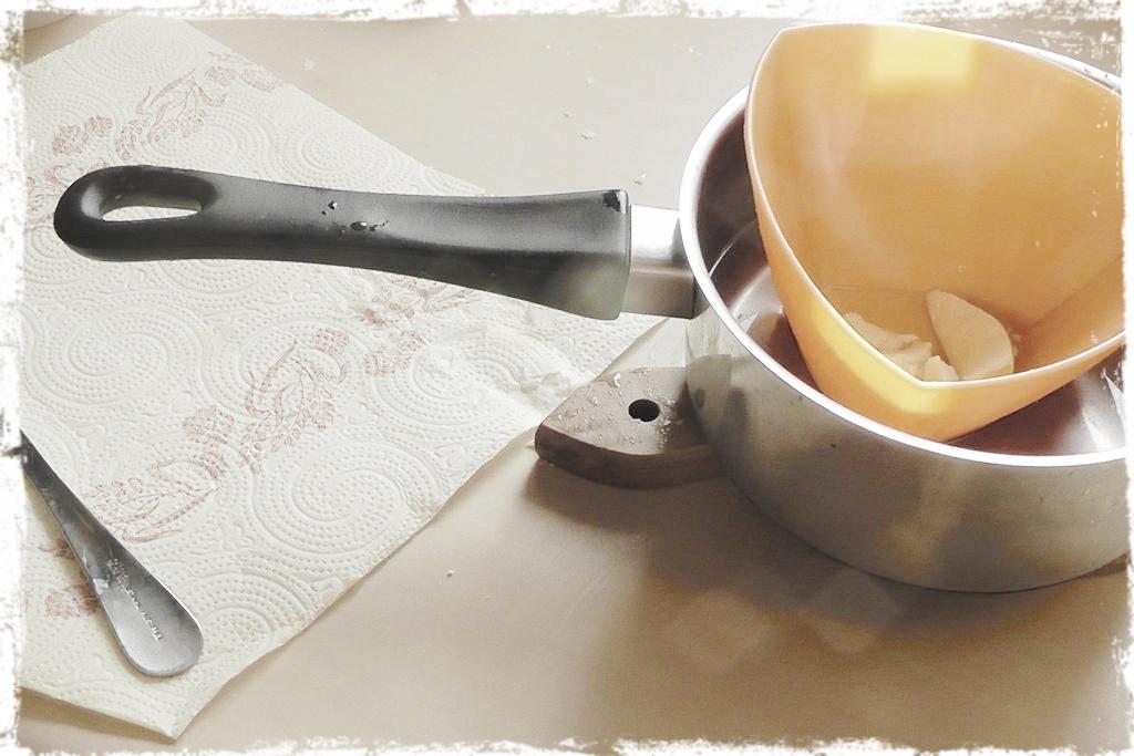 W kapieli wodnej podgrzewam tłuszcze aby sie dobrze połączyły (masło jest twarde a olejek płynny, więc obydwa musza mieć ten sam stan).