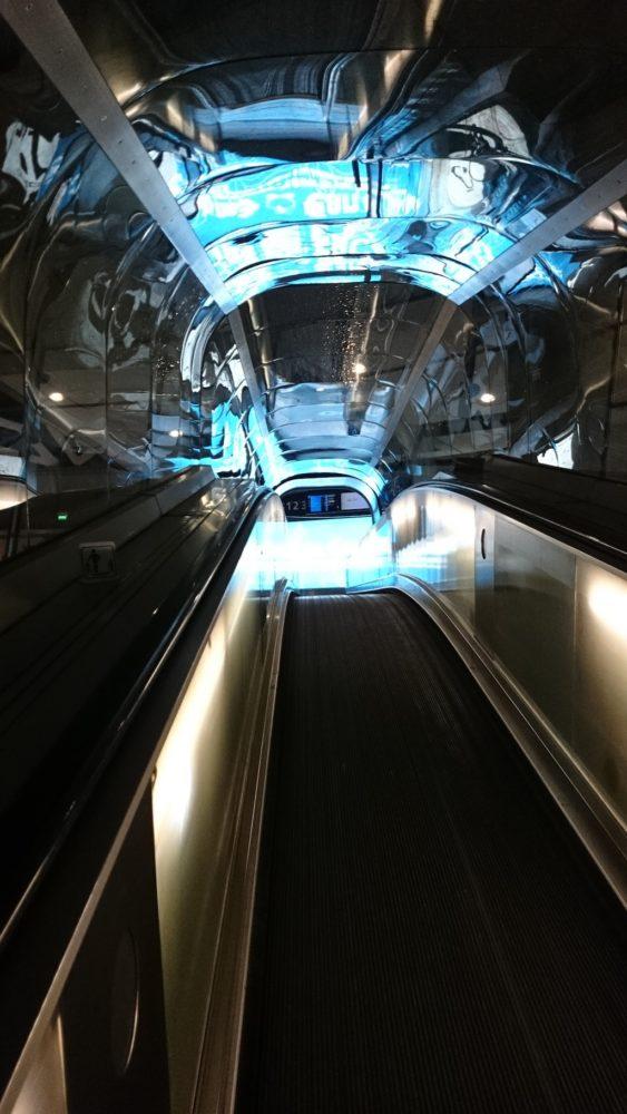 Lotnisko w Paryżu i te futurystyczne a jakie wygodne tuby