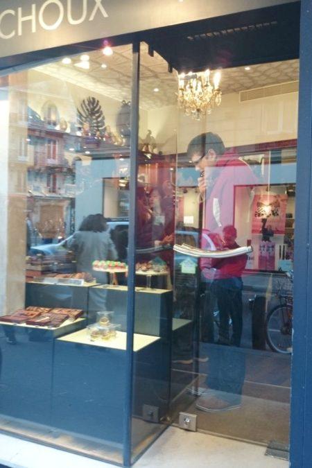 Michał wybiera a jak zwrócicie uwagę to w środku widać kolejne cuda z czekolady, jakieś pióropusze, szable...