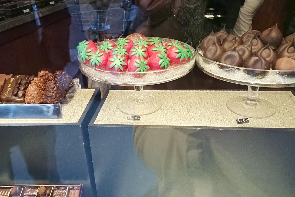 Truskawki, kasztany. Prócz kształtu, mają też czekoladowe nadzienie np. z dodatkiem imbiru