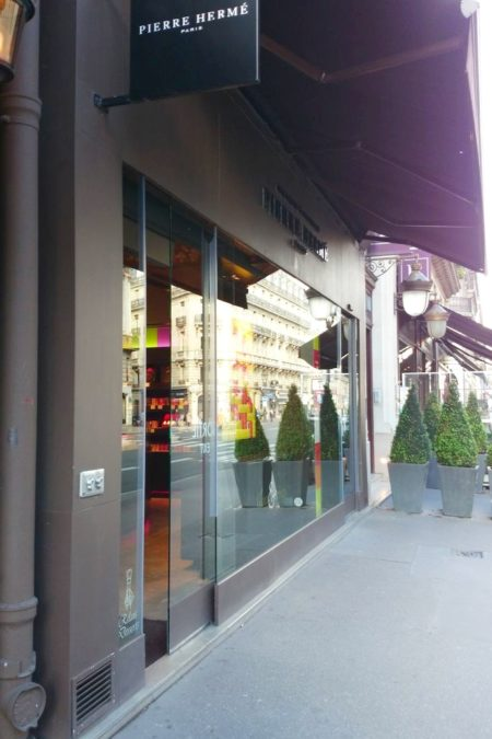 Butik Herme z zewnątrz wygląda, jak normalny sklep i próżno szukać na wystawie słodkości, dopiero, jak wejdzie się do środka :)