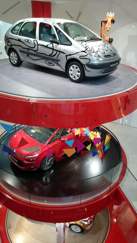 Michał miał wielką frajdę z odwiedzania tutejszych salonów samochodowych, co by nie mówić są bardziej do patrzenia niż kupowania :)