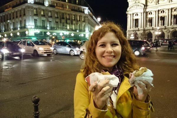 Crepes, czyli nalesniki, sprzedawane z budek ulicznych. Najlepsze z nutellą i bananami, ewentualnie z marmoladą z kasztanów :D