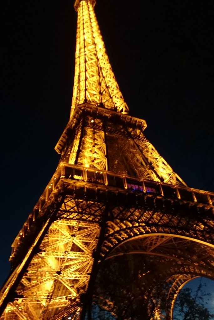 Po Paryżu chodzilismy bez końca, choć nie nastawialiśmy się na te punkty typowo turystyczne to gdy doszliśmy pod Wieżę Eiffla to nie mogłam się powstrzymać. Wieczorem wygląda pięknie.