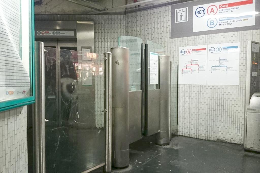 A to już wejście do kolejki RER, są zazwyczaj takie szersze wejścia