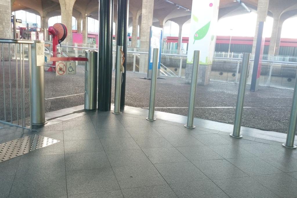 Wejście i wyjście na terminal to wąsko ustawione słupki, ale z boku jest bramka na dzwonek i działa :)
