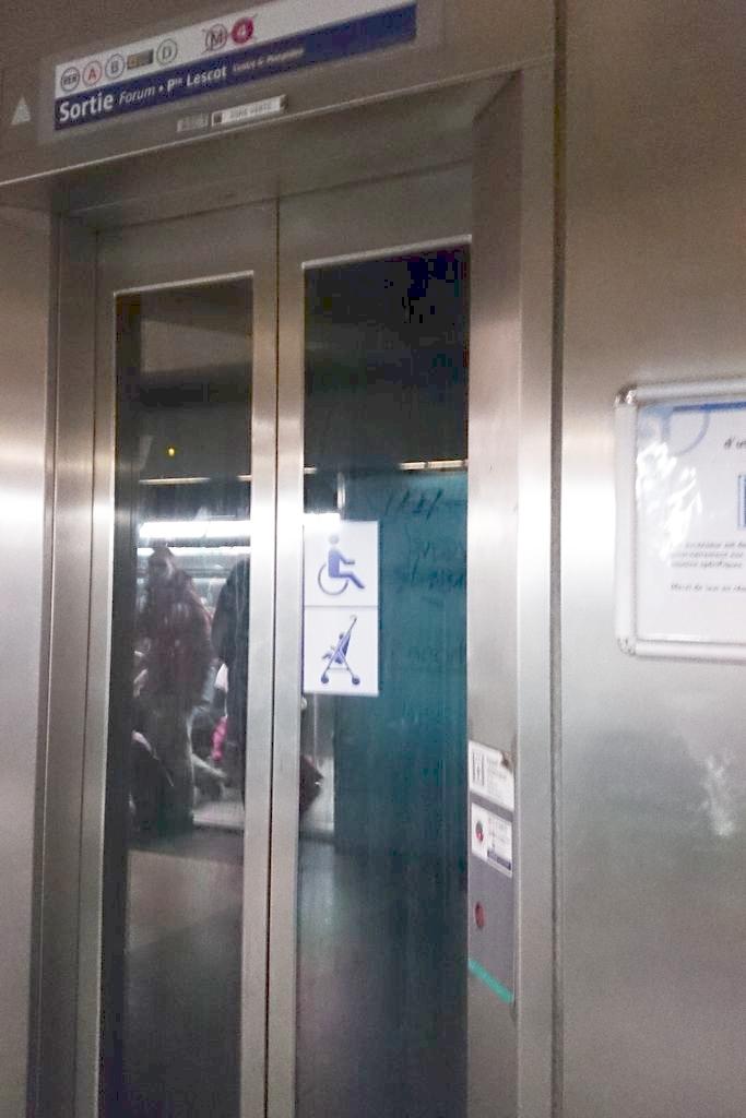 Windy bywają w metrze jednak jest ich naprawdę niewiele, niekiedy na stacji przesiadkowej tylko dwie linie są połączon windą a trzecia już nie, więc nawet sugerowanie się mapą, że jest wejście dostosowane nie jest w pełni trafione.