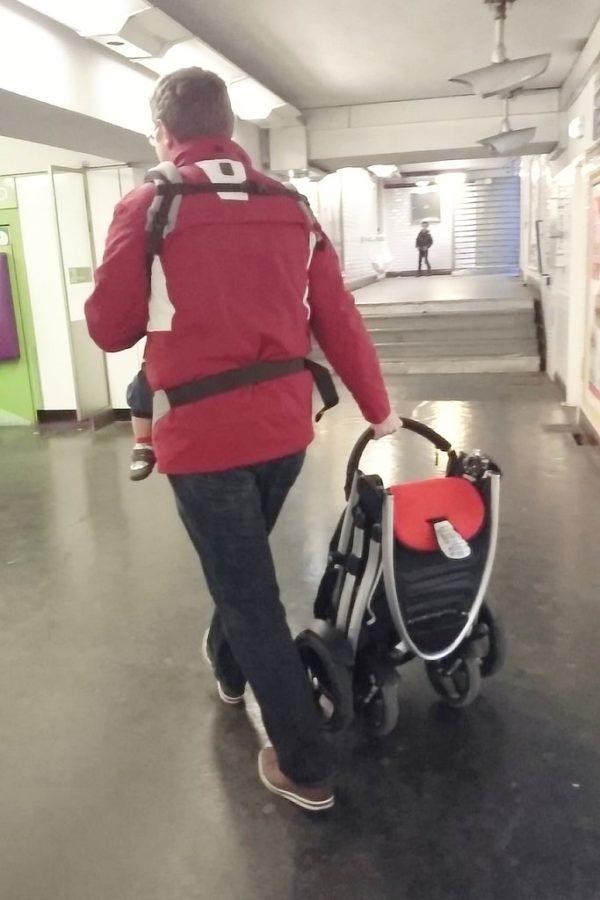 Nosidło i składany (najlepiej niewielki – mniejszy niż nasz) wózek to połowa sukcesu :)