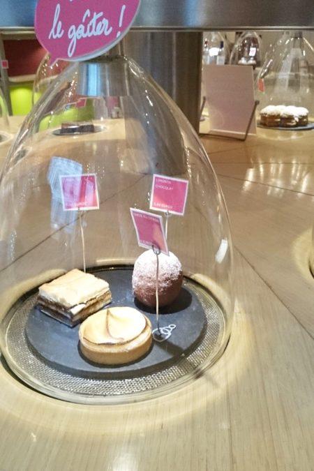 W Patisserie des Reves ciastka stoją pod szklanymi kloszami