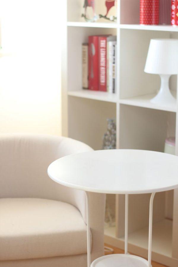 Na pierwszym planie widzicie mój stolik kawowy, trochę taki wzorowany na starszych stolikach. Nie widać tego dobrze na zdjęciu, ale ma takie fikuśne metalowe nogi