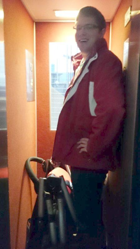 Abyście mogli sobie to lepiej wyobrazić to w tej windzie Michał. Ogólnie mieścił się Michał, wózek i ja z Małym i było na styk
