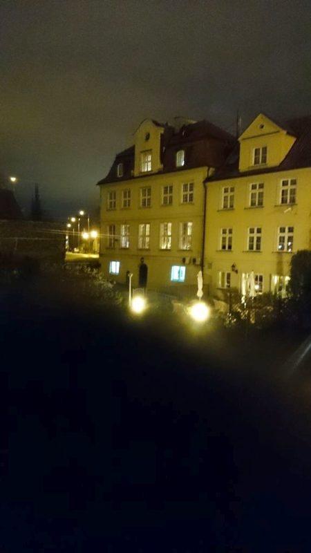 Widok na Gdańsk nocą, przyznam, że za każdym razem jestem pod wrażeniem zdjęć nocnych z komórki, bo pamiętam, że jeszcze parę lat temu mieliśmy zwykły aparat i robił paskudne, ziarniste zdjęcia nocą