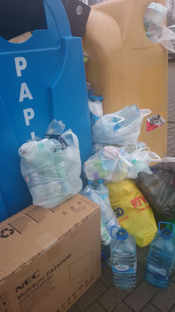 To zdjęcie może jest takie mało pokazowe, ale już podpytywałam się Was na FB, jak wygląda segregowanie śmieci u Was. My segregujemy, ale potem nie ma gdzie ich wrzucać, bo pojemniki są wiecznie pełne i mam z tym spory problem.