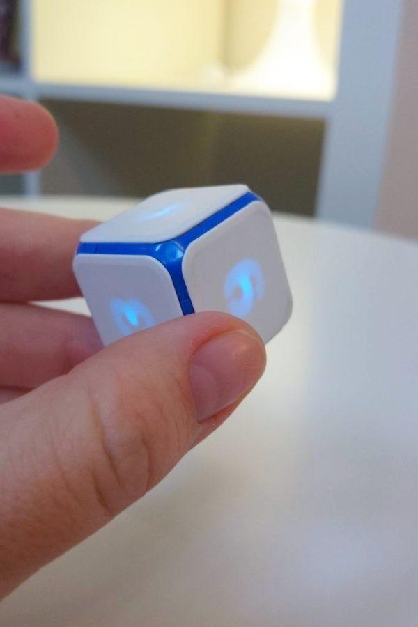 Tak wygląda kostka DICE+, tak naprawdę podobna jest do zwykłe, ale zamiast kropek ma podświetlane cyfry