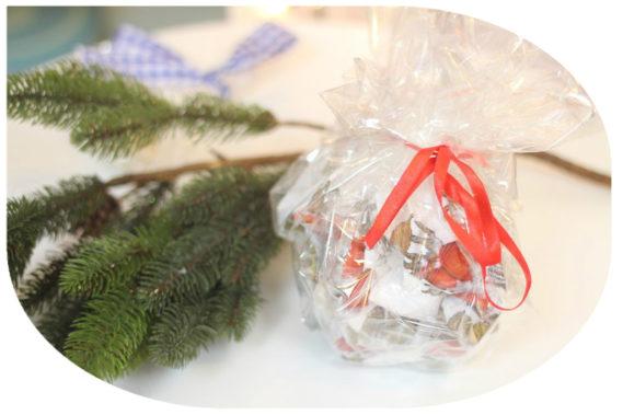 Pakowanie prezentów w celowaf to jeden z moich ulubionych pomysłów. Aby zamaskować podarak dokładam kolorową serwetke, materiał lub sianko