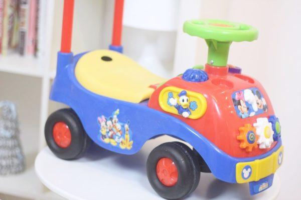 Samochód – można na nim siedzieć i się odpychać, pchać go, wkładać zabawki do bagażnika lub naciskać guziki z melodyjkami