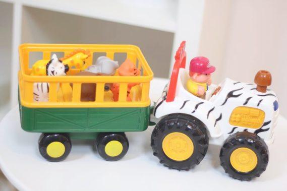 Traktor farmera z safari z dzikimi zwierzaki z ZOO