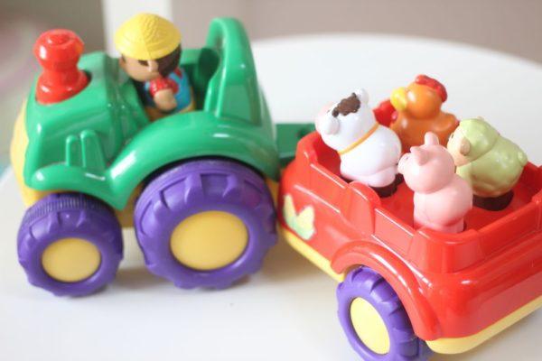 A to traktor, który trzea samodzielnie popychać a na pace siedzi krowa, świnka, baran i kurka