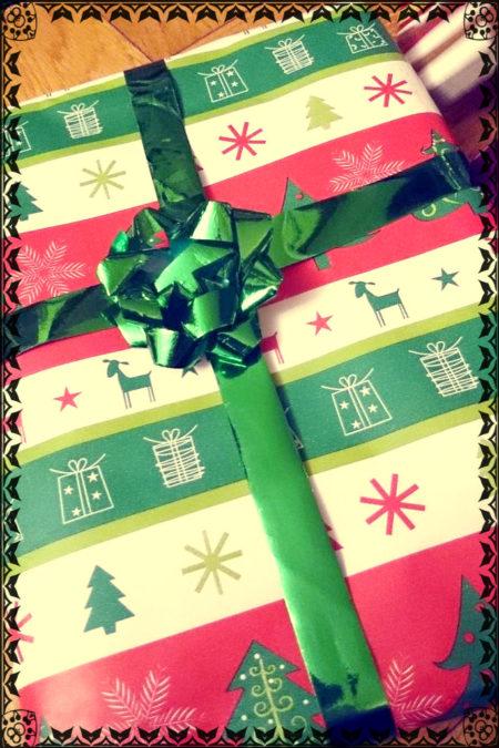 Pisałam Wam w tym roku o pakowaniu prezentó i potwierdzam na sobie, te zapakowane w papier było super otwierać :)