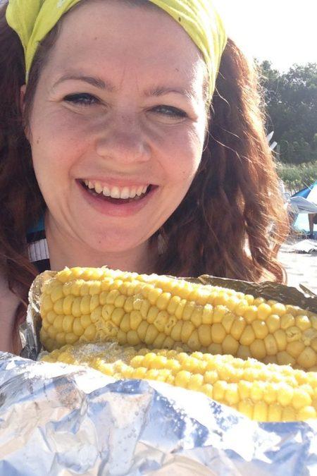 Morze, słońce, kukurydza. To zdjęcie fajnie oddaje nastrój i lenistwo