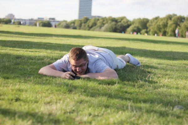 Dosłownie też :) to zmęczony Michał po całym dniu łażenia po mieście a potem gonieniu najmniejszego członka rodziny po trawie :)