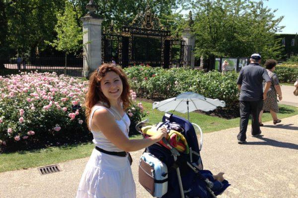 Park w Londynie, wózek załadowany z obowiązkowym kocem na przystanek na trawie, bo tam wszędzie można leżeć na trawie :)