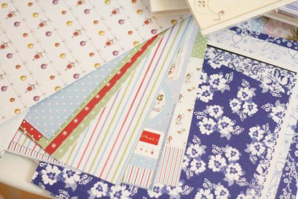 Dostepne są różne papiery, różne wzory, rozmiary i gramatura. Prócz kolorowych warto kupić jednobarwne, wtedy łatwiej jest spasować całość