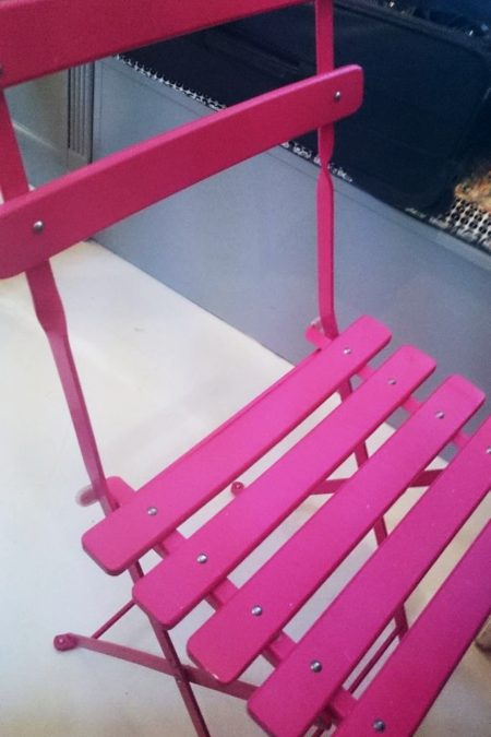 Krzesło, które bardzo mi sie spodobało, muszę się zastanowić, czy na wiosnę nie przemalować moich brązowych krzeseł z balkonu na taki róż