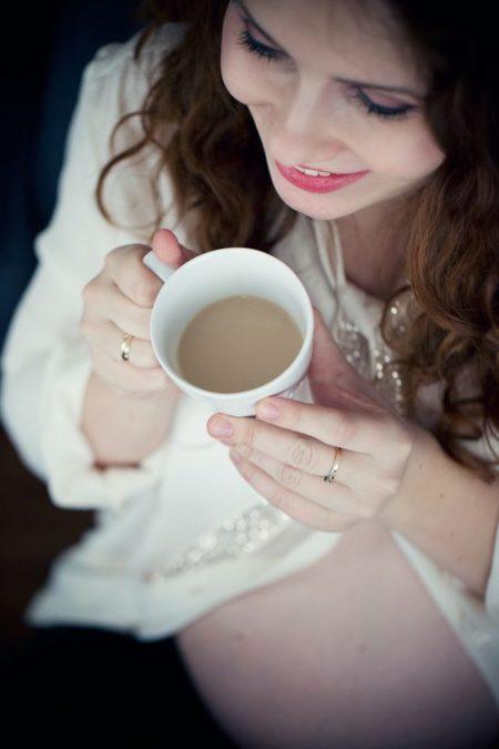 Biała koszula, czerwone usta, kawa. Brakuje tylko odbicia na filiżance :)