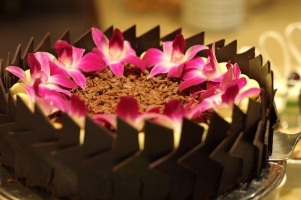 Jedna ze słodkości – tort udekorowany kwiatkami