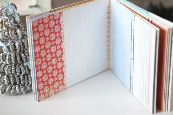 Koronkę wkleiłam pod papier niebieski a nie nakleiłam na obydwa, dzięki temu jest fajny efekt nachodzenia :)