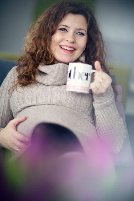 Z kubkiem gorącej herbaty, w długich podkolanówkach, ciepłym swetrze, tak domowo