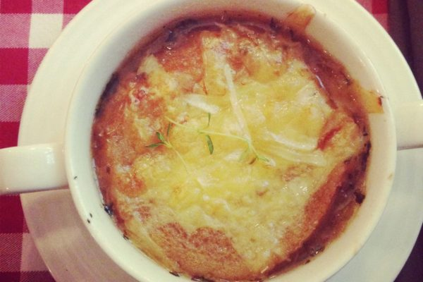 Michał odwiedził bistro serwujące kuchnię francuską – tu zupa cebulowa, podobno pyszna.