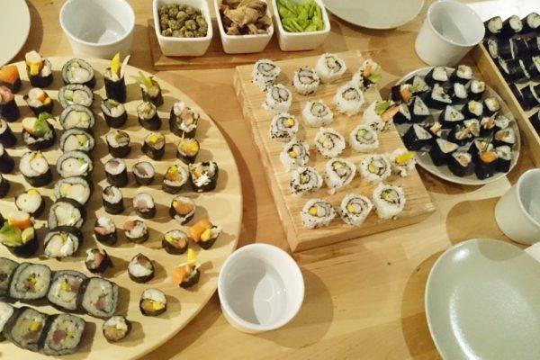 I u znajomych było sushi! Jak zawsze pyszne, a ja za każdym razem lepiej formuję – trójkąty i kwadraty opanowane