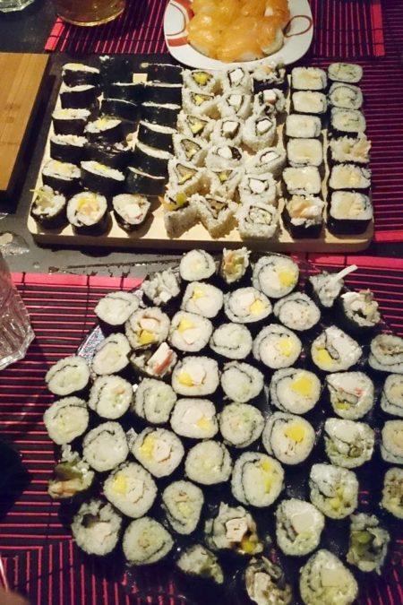 Sushi - różne rodzaje mój fawory to pieczony łosoś i mango :)