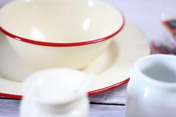 Ostatnio bardzo spodobały mi się rzeczy, jak z baru mlecznego :) Metalowa miska, talerz, mlecznik i ten biały pojemnik na dżem :)